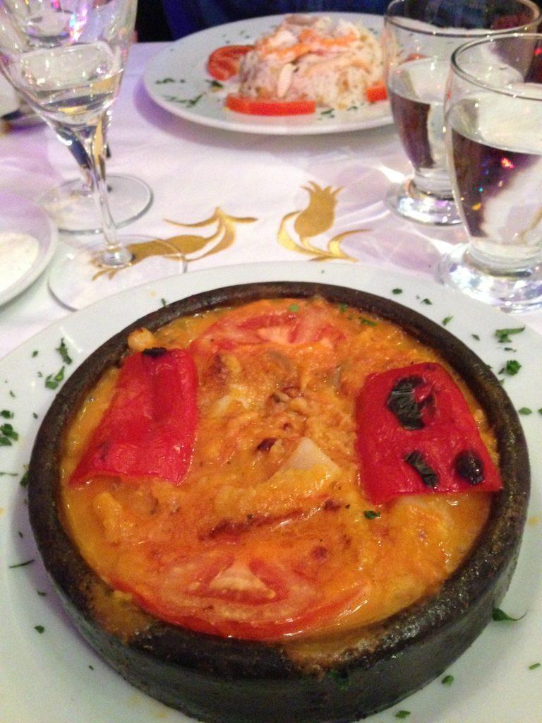 Piatto a base di pesce e verdura a Istanbul