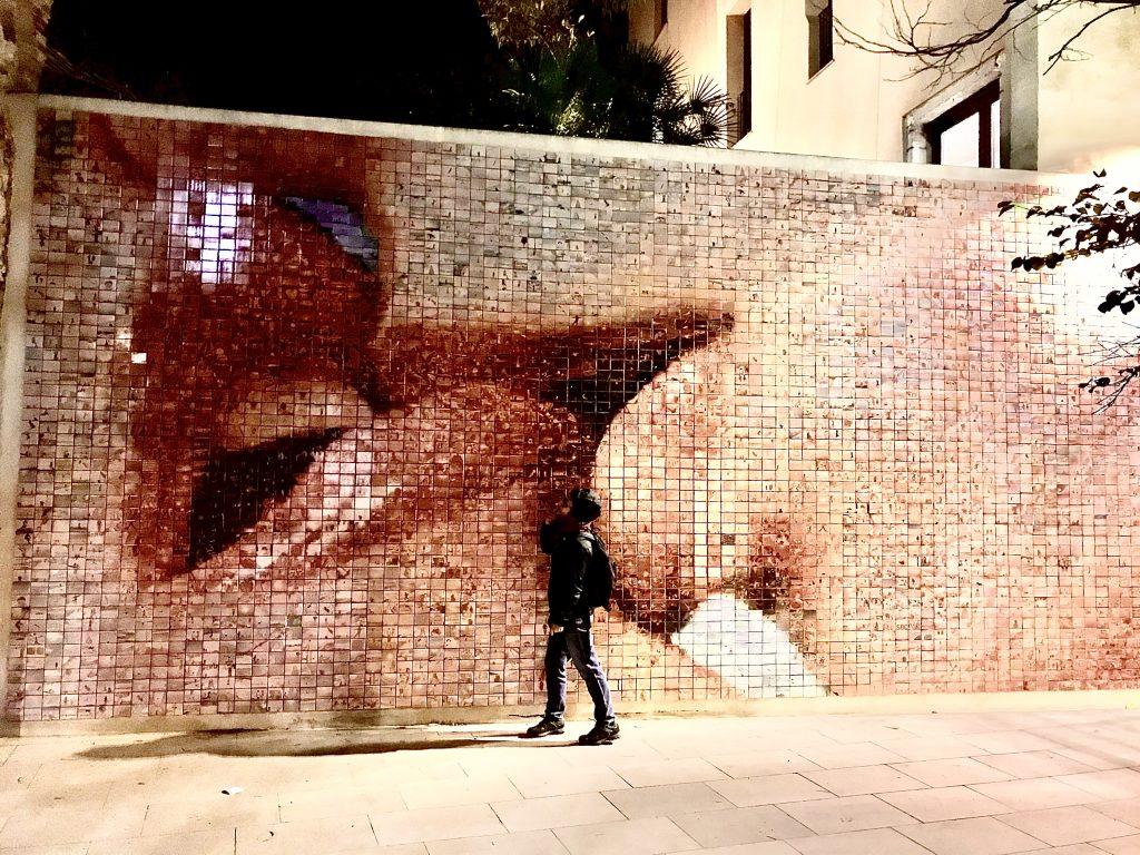 Mural del beso, luogo insolito a Barcellona