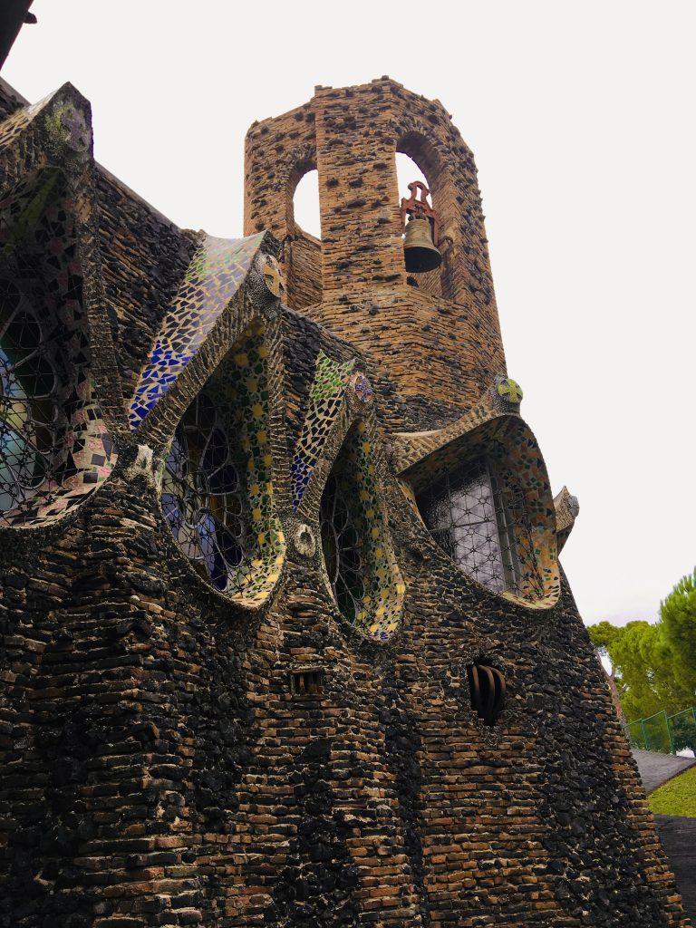 Esterno della cripta Gaudì, uno dei 7 luoghi insoliti di Barcellona