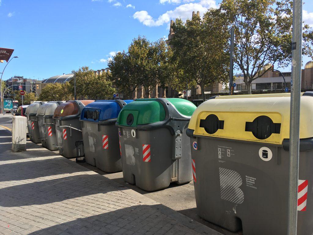 Cassonetti di Barcellona città pulita e ciclabile