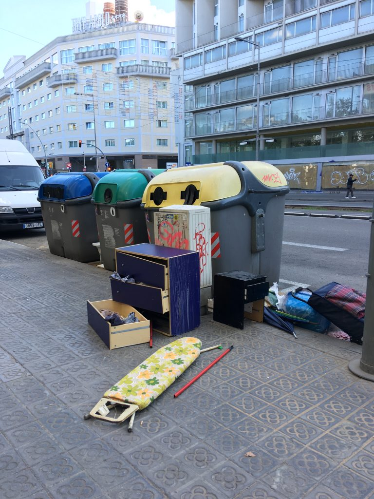 Raccolta rifiuti ingombranti di barcellona, città pulita e ciclabile