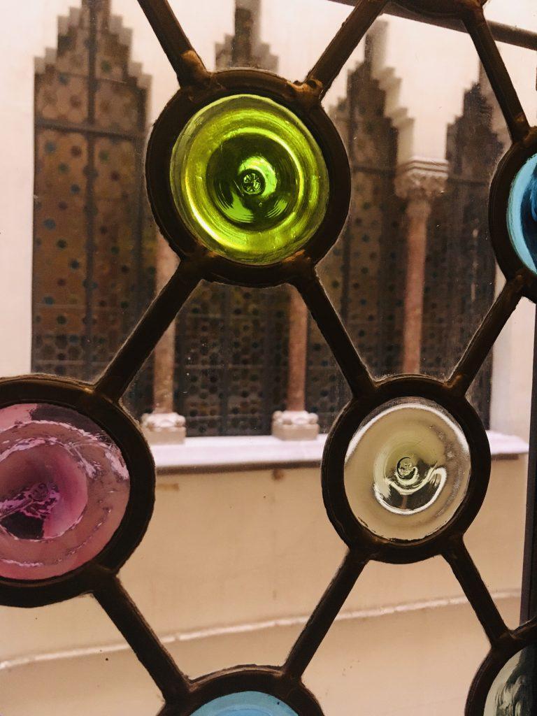 particolare della vetrata della casa Amatller, uno dei 7 luoghi insoliti di Barcellona