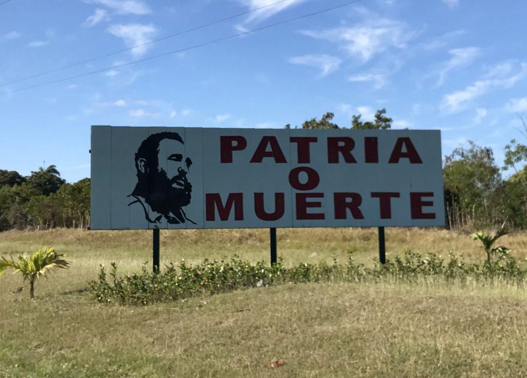 Cartelli nel nostro itinerario in 12 giorni a Cuba